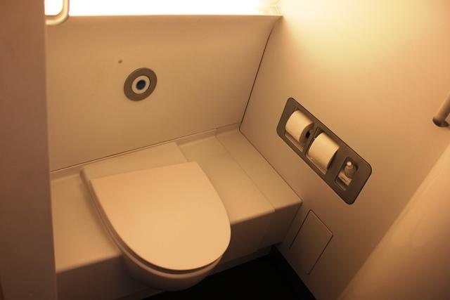 ファーストクラスのトイレ