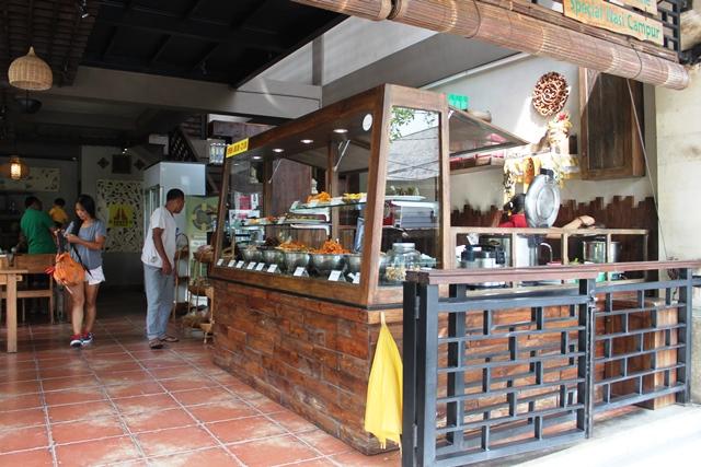 バリ 観光:ホテル付近のローカルレストラン