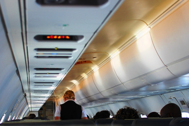 機内と気さくなクルー