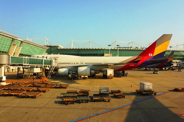 隣には珍しいアシアナ航空747機が