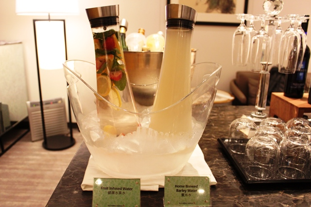 自家製大麦ジュースとフルーツ水