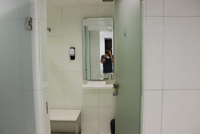 トイレの中のシャワー室ドア
