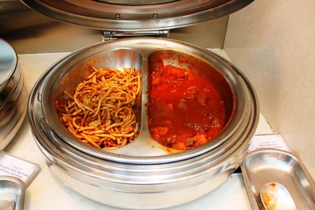 豚肉入り上海風焼きそばと赤ワイン煮込みビーフシチュー