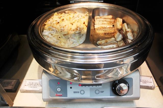 トリュフ入りクリームソースのパスタとナスのニンニク焼き